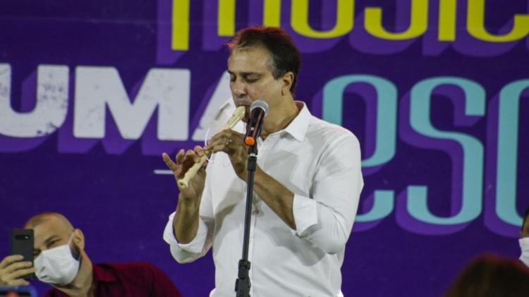 Governador vira meme nas redes sociais após tocar flauta; confira
