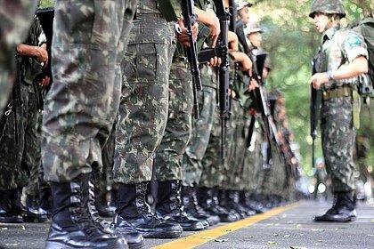 As carreiras militares oferecem vantagens como aposentadoria integral, estabilidade e ascensão profissional