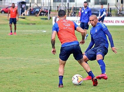 João Pedro e Nino Paraíba no treino no CT da Conmebol, no Paraguai