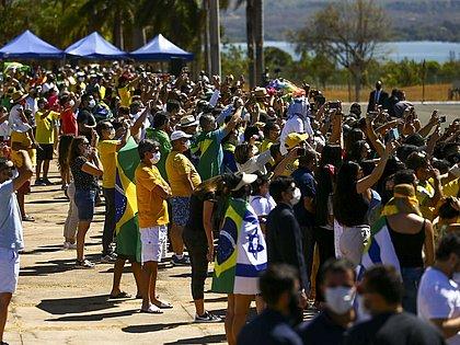Cerimônia do Dia da Independência gera aglomeração em frente ao Alvorada