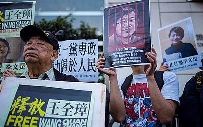 Ativistas pedem a libertação do advogado chinês especialista em direitos humanos Wang Quanzhang e sua esposa Li Wenzhu em Hong Kong. O julgamento de Wang está prestes a começar na China.