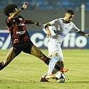 Felipe Gedoz disputa jogada com jogador do Londrina