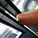 Motorista arrastou ônibus com parte de perna de passageira do lado de fora