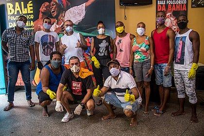 Grupo de 20 pessoas passou o dia fazendo a limpeza do teatro que funciona como sede da companhia, no Pelourinho