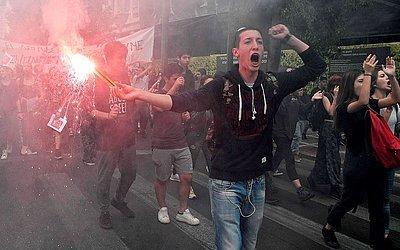 Protesto de estudantes de ensino médio contra a reforma educacional em Atenas.