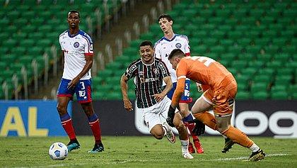 Matheus Teixeira, de laranja, durante jogo entre Fluminense e Bahia; goleiro falhou no primeiro gol