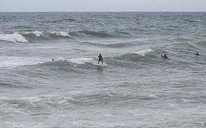 Surfistas não se inibem com isolamento e seguem frequentando o mar