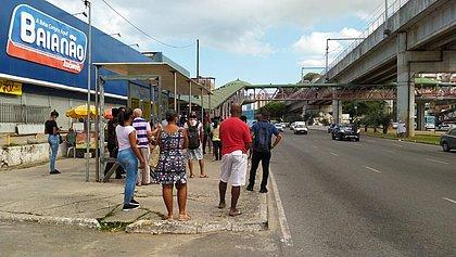 Rodoviários atrasam saída e passageiros 'mofam' nos pontos de ônibus em Salvador