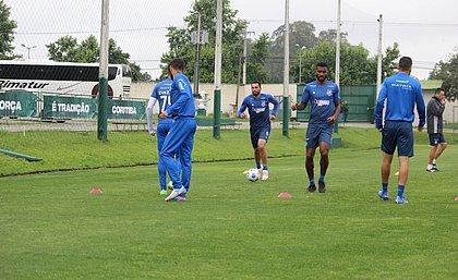 Elenco do Bahia treina no CT do Coritiba antes do confronto com o Athletico-PR