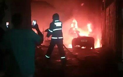 Incêndio atinge oficina e destrói quatro carros no bairro da Caixa d'Água