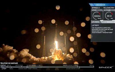 O Foguete SpaceX Falcon 9 é lançado da base de Cabo Canaveral na Flórida, levando o satélite de comunicações Telstar 18 Vantage, também conhecido como Apstar 5 C.