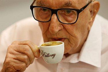 O cafezinho é o pretexto para jogar conversa (e solidão) fora