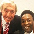 Gordon Banks e Pelé, em foto publicada pelo Rei em uma rede social