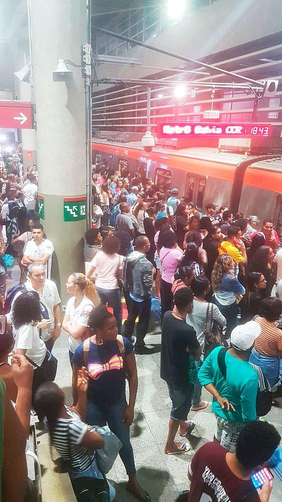Resultado de imagem para Garoto se separa dos pais, gera confusão e paralisa metrô na Estação da Lapa