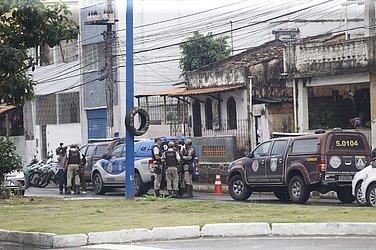 Policiais fazem buscas na região para encontrar os suspeitos