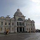 Prédio é um dos destaques na Praça Municipal