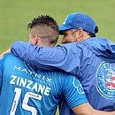 Ramírez recebe abraço do técnico Diego Dabove durante treino na Cidade Tricolor