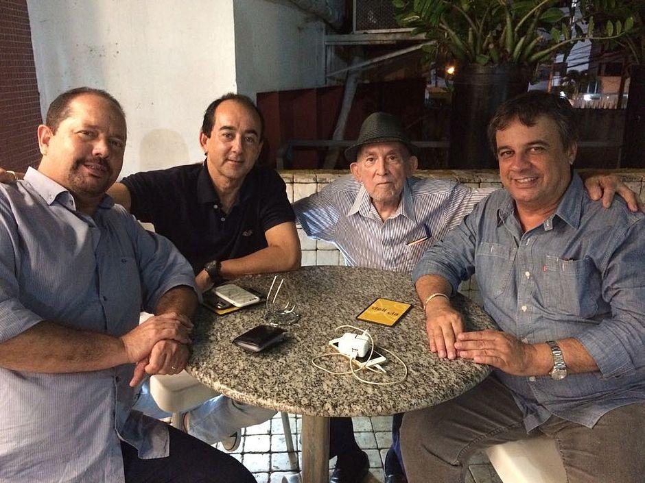 Seu Orlando e o filho Orlandinho, com o assessor Cassini  Rosselo e Paulo Leal, presidente da ABTI