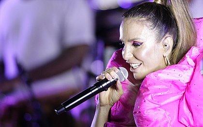 'Poderia cantar no banheiro, mas Deus me deixou cantar para vocês', diz Ivete