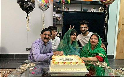 Oito anos após ser baleada por querer estudar, Malala se forma em Oxford