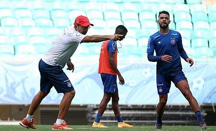 Cláudio Prates orienta Raniele durante treino do time de transição do Bahia