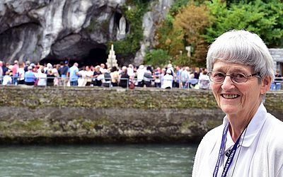 Irmã Bernadette Moriau, que não andava a 40 anos, recuperou o uso das pernas após uma visita a Lourdes em 2008 e a Igreja Católica reconheceu a cura como um milagre.
