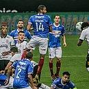 Gil marcou o terceiro gol do Corinthians em lance polêmico