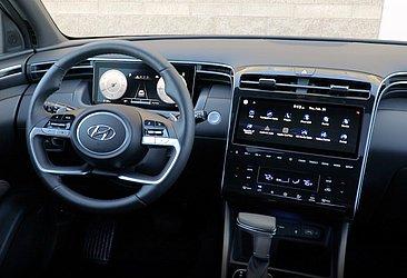 O interior da caminhonete é tecnológico e sofisticado