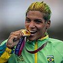 Ana Marcela Cunha comemora a medalha de ouro em Tóquio