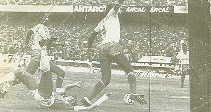Claudir se impõe diante de Luís Carlos Winck; ao fundo, Paulo Rodrigues
