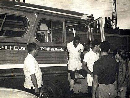 Pelé chegando para jogar no estádio Mário Pessoa, em Ilhéus