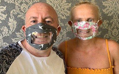 Mãe surda cria máscaras transparentes para facilitar leitura labial
