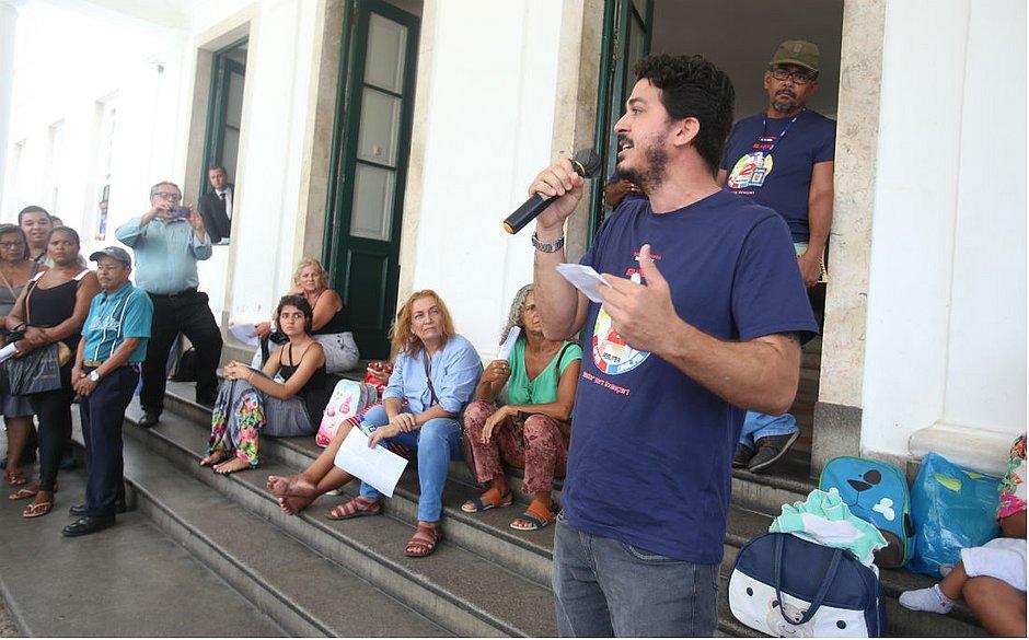 Funcionários terceirizados da Ufba durante manifestação na porta da Reitoria