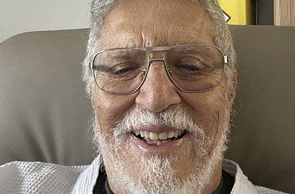 Com febre, Carlos Alberto de Nóbrega é internado após família contrair covid-19