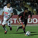 Wesley, com a bola, é vigiado por Allan Vieira