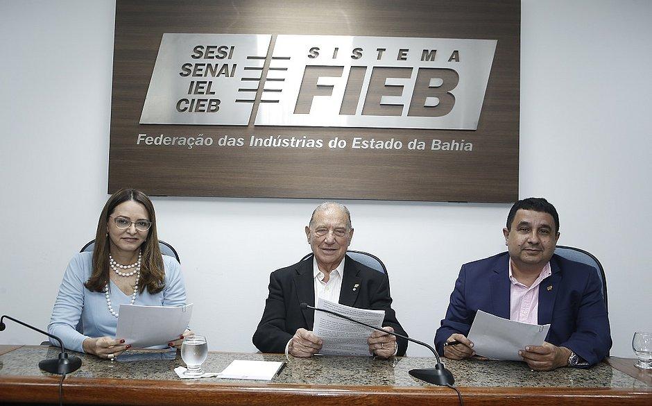 A promotora de Justiça Cristina Seixas Graça, o vice-presidente da FIEB, João Batista, e o presidente do Conselho de Sustentabilidade, Jorge Cajazeira assinaram  o documento durante o Fórum