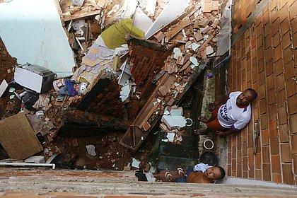 Escombros atingiram térreo de casa na rua de trás
