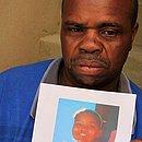 Com foto da filha nas mãos, o pedreiro João Cortes pediu justiça