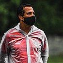 Técnico Rodrigo Chagas observa treino na Toca do Leão