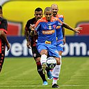 Carleto, em disputa de bola com Wellington Paulista