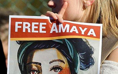 Família e amigos da estudante  Belga-nicaraguense Amaya Coppens, presa na Nicarágua e acusada de terrorismo, protestam em frente à Embaixada do país em Bruxelas, exigindo a libertação de todos os presos políticos do governo Ortega