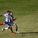 Flávio em disputa de bola com Vinícius, do Ceará
