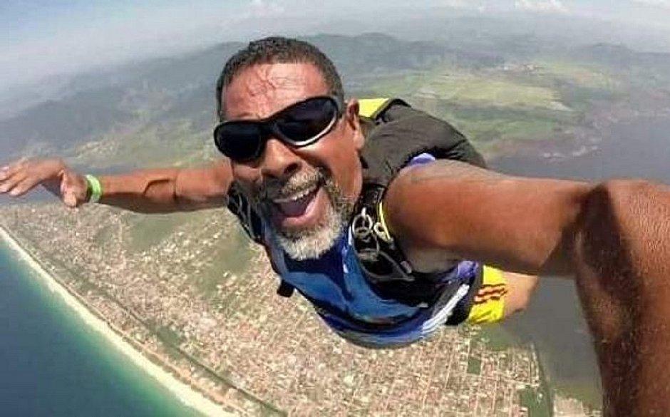 Paraquedista morre durante salto após se chocar violentamente contra o chão
