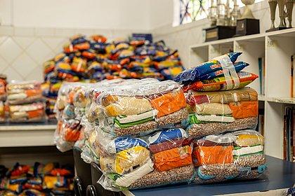 Lauro de Freitas inicia distribuição de kits alimentação para alunos da rede municipal