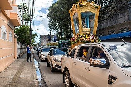 Pela cura da covid-19, imagem de Nossa Senhora Aparecida percorre ruas de Salvador
