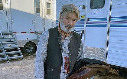 Alec Baldwin atira contra duas pessoas em set de filmagens; mulher morre