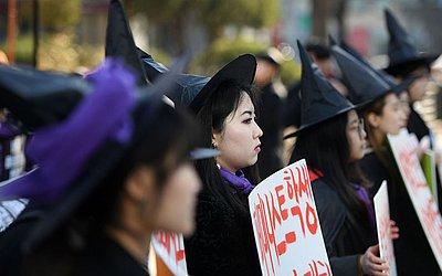 Sul-coreanas se vestem de bruxas em Seul.