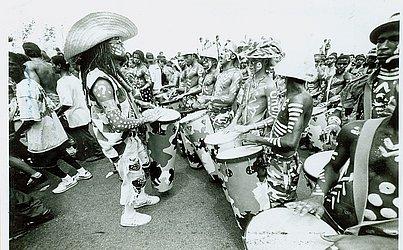 No dia 21 de fevereiro de 1996, Brown foi clicado puxando a Timbalada, grupo criado por ele em 1991. No corpo, as pinturas originadas quando o mestre Pintado do Bongô es- queceu o terno branco e pediu para ser pintado de branco