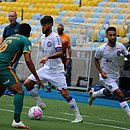 Mano Menezes, ao fundo, ficou na bronca com a arbitragem durante a derrota do Bahia para o Fluminense