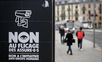 Cartaz da campanha pela não vigilância de câmeras em locais públicos às vésperas de um referendo na Suíça, onde os eleitores irão decidir sobre que tipo de sistema de vigilância as empresas de seguro devem utilizar.